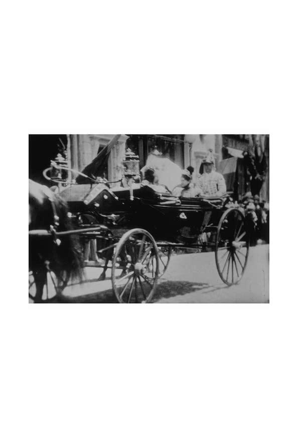 Le roi et la reine de Roumanie et leur escorte kapak