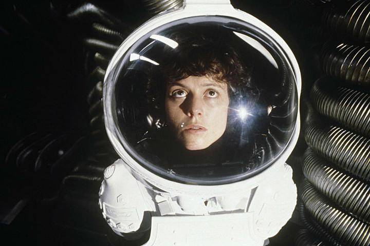 """Ridley Scott Gelecekteki """"Alien"""" Devam Filmlerinin Genç Ripley'i Geri Getirmek için CGI Kullanabileceğini Söylüyor"""